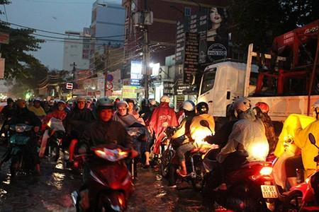 Mưa lớn kèm gió giật mạnh, Sài Gòn lại ngập nặng - ảnh 1