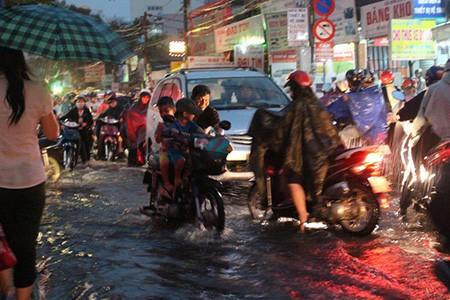 Mưa lớn kèm gió giật mạnh, Sài Gòn lại ngập nặng - ảnh 5
