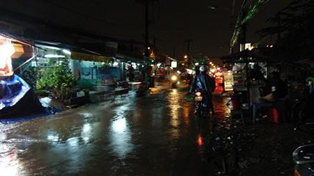 Mưa lớn kèm gió giật mạnh, Sài Gòn lại ngập nặng - ảnh 7