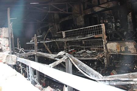 Cháy cửa hàng sữa, nhiều hàng hóa bị thiêu rụi - ảnh 2