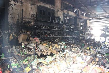 Cháy cửa hàng sữa, nhiều hàng hóa bị thiêu rụi - ảnh 3