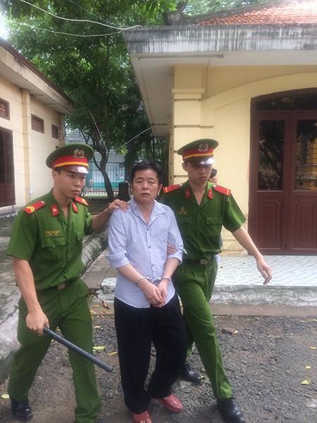 Một người Trung Quốc bán dụng cụ kích dục và thuốc Viagra giả - ảnh 1