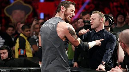 Bị xúc phạm, Rooney thẳng tay tát ngôi sao đô vật WWE - ảnh 1