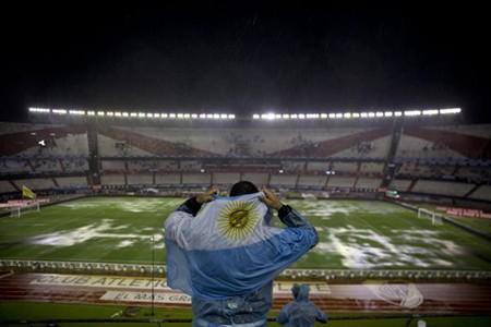 Siêu kinh điển Nam Mỹ bị hoãn vì trời mưa - ảnh 1