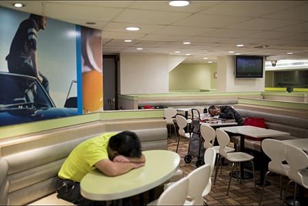 Những người 'ngủ bụi McDo' - ảnh 5