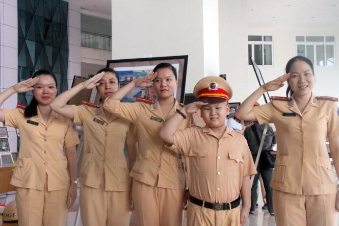 Dũng cùng các cô CSGT chào mọi người - Ảnh: Đoàn Cường
