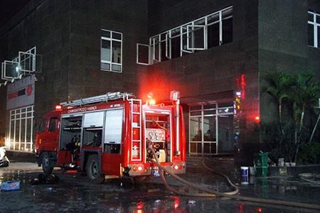 Cháy lớn tại tòa nhà CT1 Vimeco trong đêm tối - ảnh 4