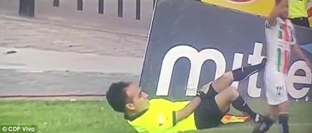 Hài hước: Cầu thủ bị đuổi vì bị trọng tài giở trò… ăn vạ - ảnh 4