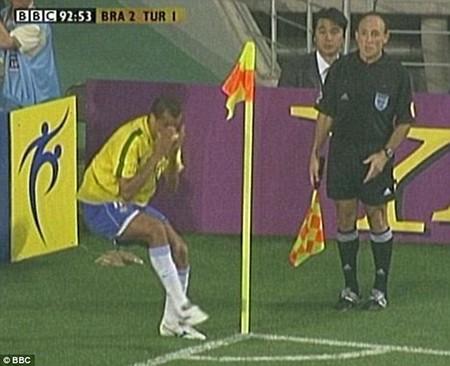 Hài hước: Cầu thủ bị đuổi vì bị trọng tài giở trò… ăn vạ - ảnh 5