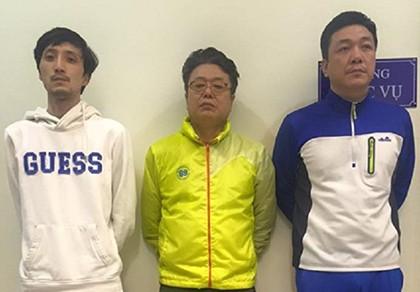 Bắt ba người Hàn Quốc dùng thẻ giả rút tiền - ảnh 1
