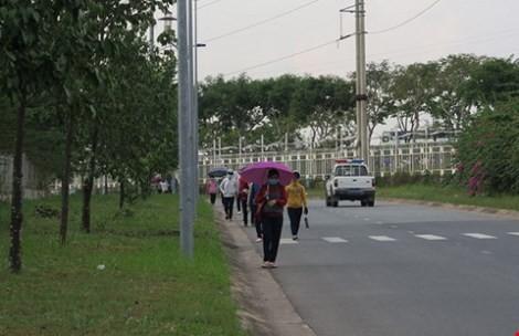 Công đoàn KCX-KCN TP.HCM thăm công nhân bị đâm kim tiêm vào ngực - ảnh 1