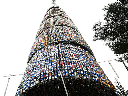 Độc đáo cây thông Noel 18 m làm từ hàng ngàn vỏ lon - ảnh 2