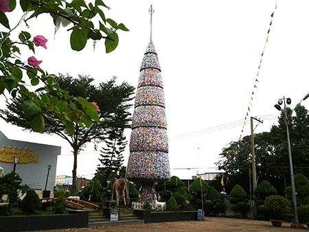 Độc đáo cây thông Noel 18 m làm từ hàng ngàn vỏ lon - ảnh 3