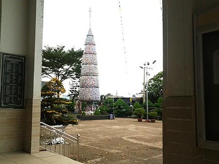 Độc đáo cây thông Noel 18 m làm từ hàng ngàn vỏ lon - ảnh 4