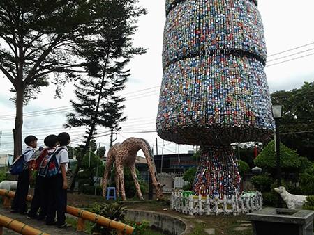 Độc đáo cây thông Noel 18 m làm từ hàng ngàn vỏ lon - ảnh 7
