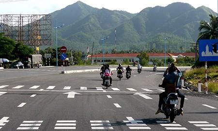 Năm xe máy, không mũ bảo hiểm phóng như bay trên quốc lộ - ảnh 1