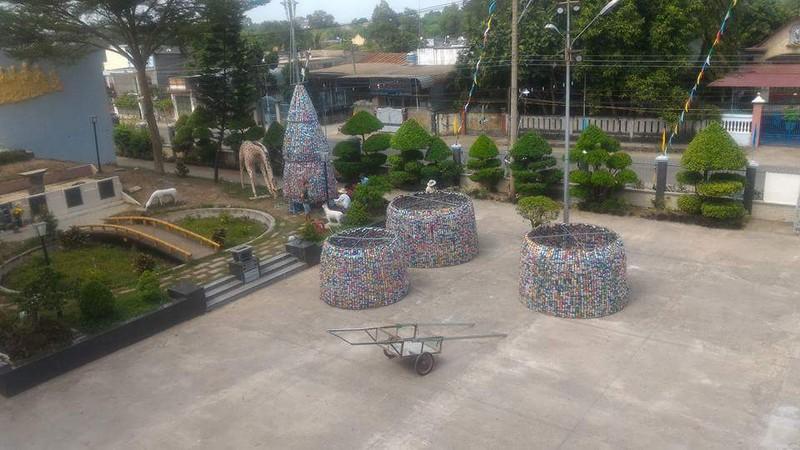 Độc đáo cây thông Noel 18 m làm từ hàng ngàn vỏ lon - ảnh 1