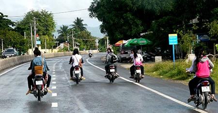 Năm xe máy, không mũ bảo hiểm phóng như bay trên quốc lộ - ảnh 2