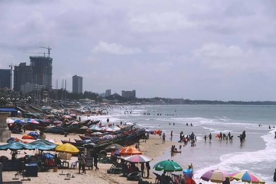 Biển Vũng Tàu vào dịp Tết dương lịch đông nghịt người đến chơi.