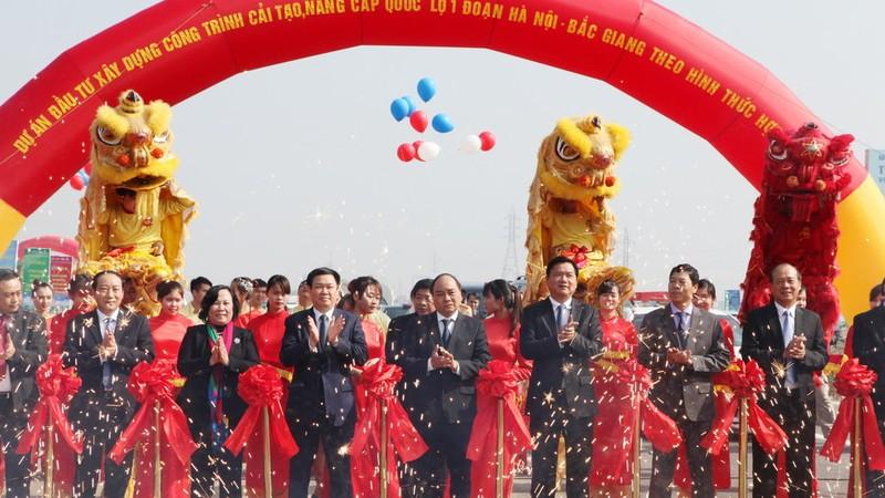 Phó Thủ tướng Nguyễn Xuân Phúc cùng lãnh đạo các bộ ngành, địa phương phát lệnh thông xe - Ảnh: T.PHÙNG