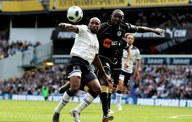 Gohouri (phải) tranh bóng với Defoe thời còn khoác áo Wigan. Ảnh: Getty Images