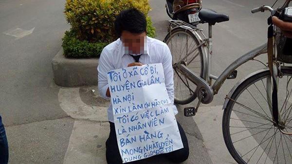 Nam thanh niên đeo bảng, quỳ gối  trước cổng đài truyền hình xin việc - ảnh 1