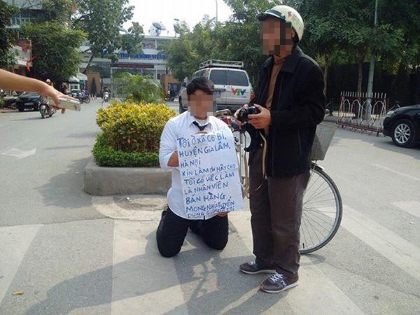 Nam thanh niên đeo bảng, quỳ gối  trước cổng đài truyền hình xin việc - ảnh 2