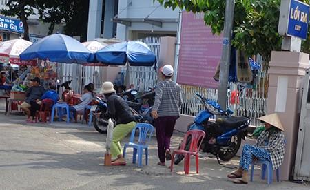 Chùm ảnh: Cò vé tàu tung hoành trước cửa ga Sài Gòn - ảnh 4