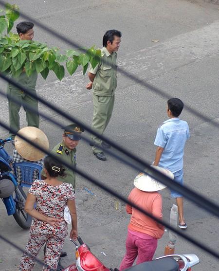 Chùm ảnh: Cò vé tàu tung hoành trước cửa ga Sài Gòn - ảnh 6