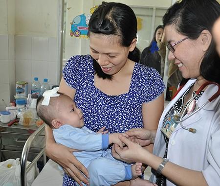 Em bé bị dao đâm vào đầu xuất viện sau lần mổ thứ ba - ảnh 1