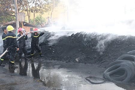 Cháy lớn, kho phế liệu chứa vỏ xe ô tô cũ bị thiêu rụi - ảnh 2