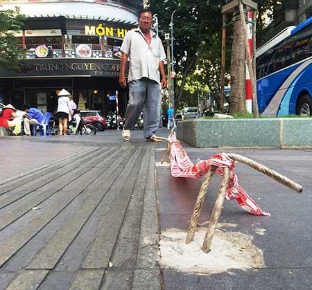Cáp neo trụ đèn 'bẫy' người ở trung tâm Sài Gòn - ảnh 1