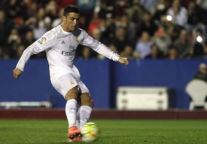 Ronaldo mơ vượt qua 11 cầu thủ ghi bàn - ảnh 1