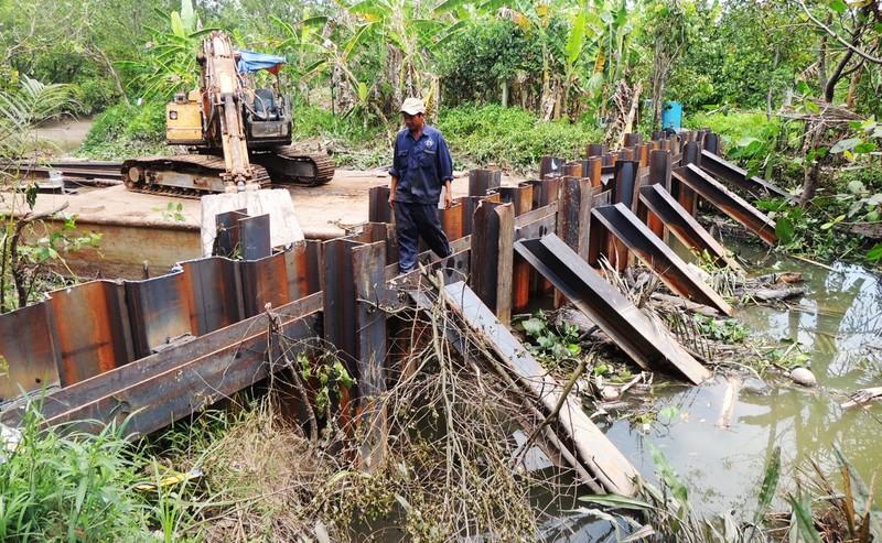 Dân đến xã phản ứng nhà máy ngăn đập giữ nước ngọt - ảnh 1