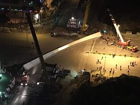 Thực hư vụ rơi dầm cẩu khổng lồ tại Hà Nội - ảnh 1