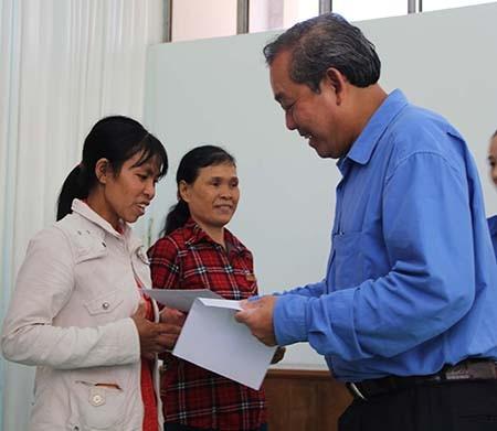 Chánh án TAND Tối cao Trương Hòa Bình tặng quà cho dân vùng hạn - ảnh 2