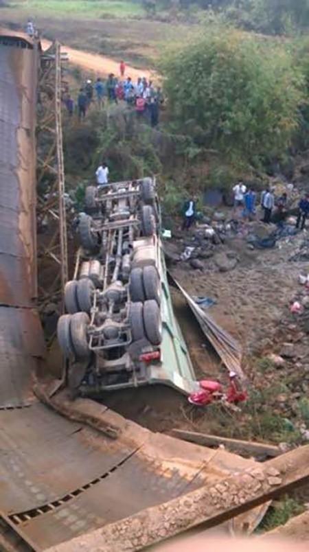 Sập cầu, xe chở cát và một học sinh rơi xuống dòng sông cạn - ảnh 1