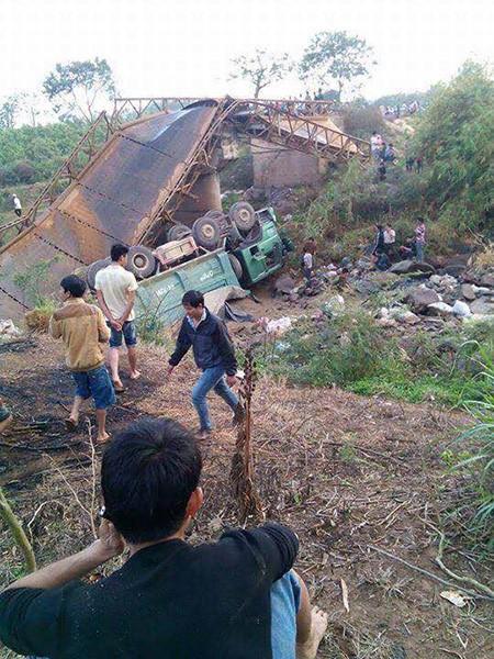 Sập cầu, xe chở cát và một học sinh rơi xuống dòng sông cạn - ảnh 4