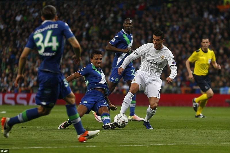 Ronaldo lập hattrick, Real ngược dòng 'thần thánh' loại Wolfsburg - ảnh 1