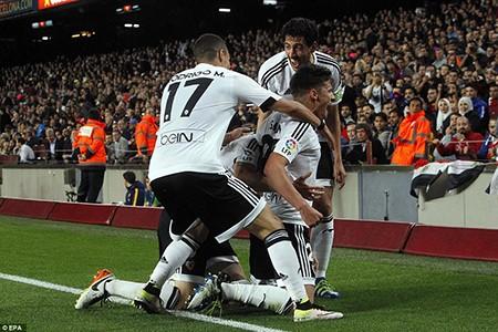Barcelona 1-2 Valencia: Khủng hoảng thật rồi! - ảnh 3