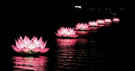 Thắp sáng 7 bông hoa sen trên sông Hương mở đầu mùa Phật Đản - ảnh 1