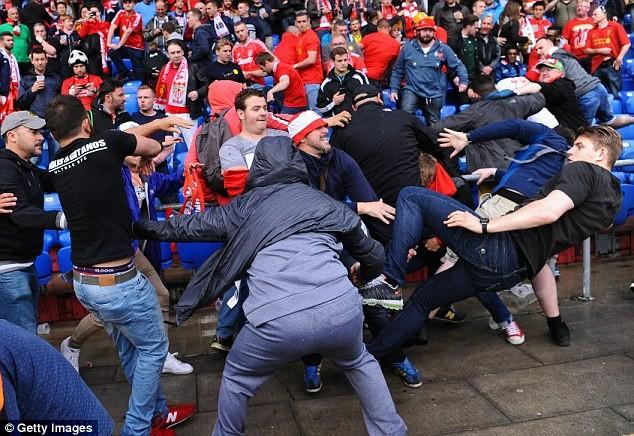 CĐV 'choảng' nhau tưng bừng trước trận chung kết Europa League - ảnh 4