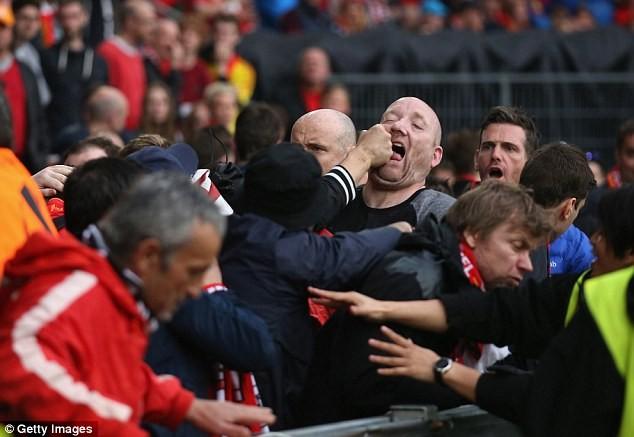 CĐV 'choảng' nhau tưng bừng trước trận chung kết Europa League - ảnh 6