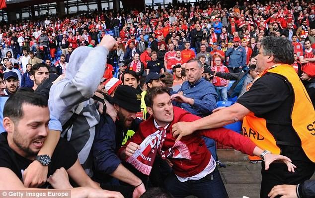 CĐV 'choảng' nhau tưng bừng trước trận chung kết Europa League - ảnh 7