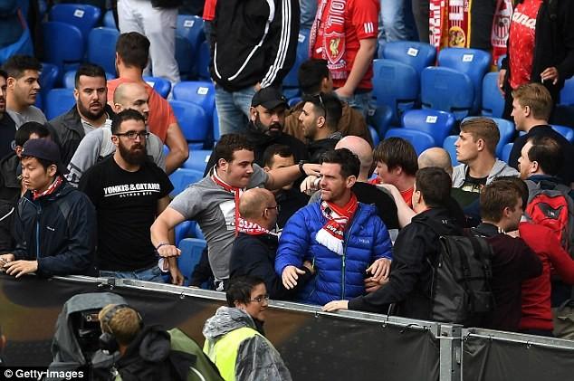 CĐV 'choảng' nhau tưng bừng trước trận chung kết Europa League - ảnh 2