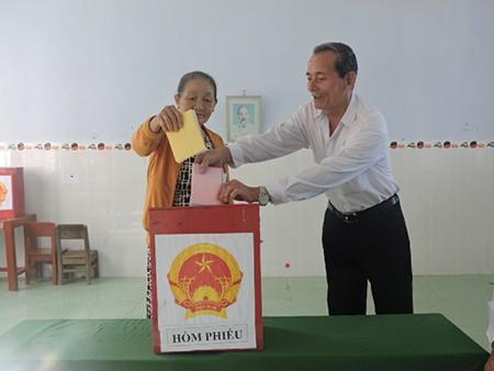 Ngư dân đảo Lý Sơn nô nức tham gia bỏ phiếu bầu cử - ảnh 7