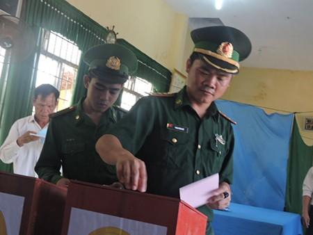 Ngư dân đảo Lý Sơn nô nức tham gia bỏ phiếu bầu cử - ảnh 1