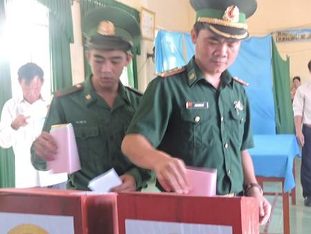 Ngư dân đảo Lý Sơn nô nức tham gia bỏ phiếu bầu cử - ảnh 6