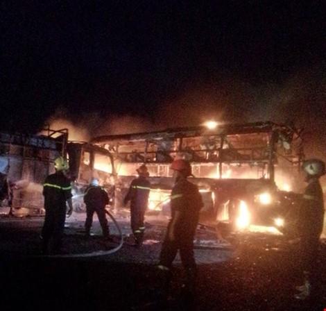 Cận cảnh 2 xe khách tông nhau bốc cháy, 12 người không thể nhận dạng - ảnh 1