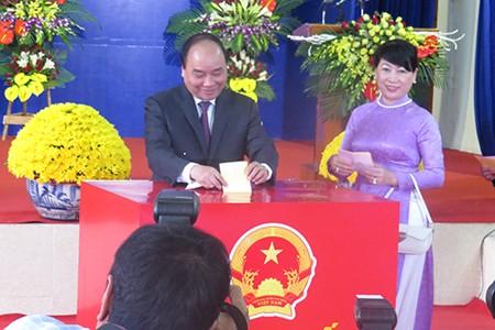 Thủ tướng Nguyễn Xuân Phúc cùng phu nhân bỏ phiếu tại Hải Phòng - ảnh 1